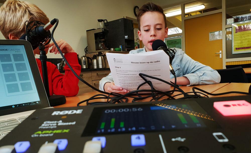 75 Radiorakkers Odaschool maken reclame en lezen nieuws